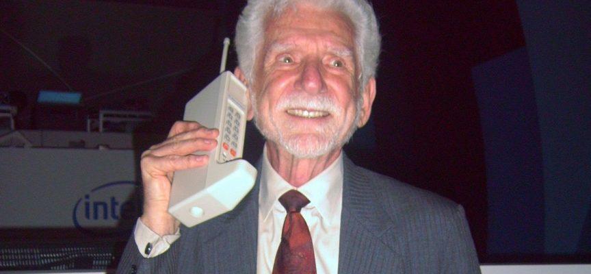 Le premier téléphone...portable! D'accord...mais pas dans une poche!