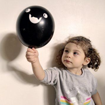 Enfant qui tient un ballon