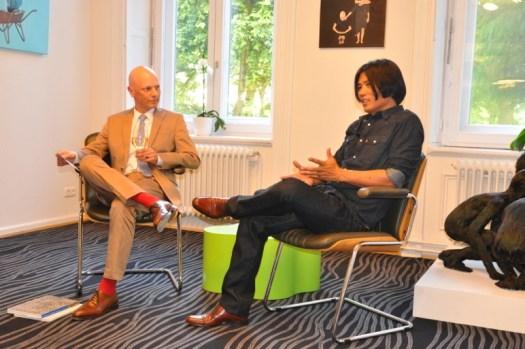 Ki Yoon Ko im Gespräch zur Vernissage in der Spiegelberger Stiftung
