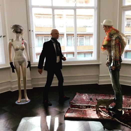 Charakters von Isa Genzken bei Galerie Buchholz, um 220 TEUR (jeweils verkauft)