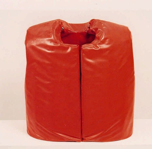 Die rote Gummi-Weste von Franz Erhard Walther aus der Sammlung von Günther Uecker