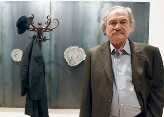 ARCHIV- Der griechische Künstler Jannis Kounellis steht am 30.10.2009 vor einem seiner Werke in der Ausstellung in Santander in Spanien. Er ist in seiner Wahlheimat Italien gestorben. (zu dpa Griechischer «Arte povera»-Künstler Kounellis ist tot vom 17.02.2017) Foto: Esteban Cobo/epa efe/dpa +++(c) dpa - Bildfunk+++