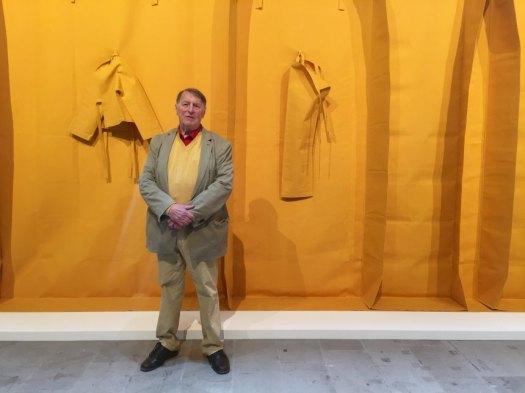 """Der deutsche Künstler Franz Erhard Walther steht vor seinem Werk auf der Kunst-Biennale in Venedig, Italien, am 10.5.2017. (zu """"Franz Erhard Walther auf Biennale: Kunst ist immer hochpolitisch"""" vom 11.05.2017) von Annette Reuther Foto: Annette Reuther/dpa +++(c) dpa - Bildfunk+++"""