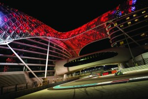 Bridgestone chose the Yas Marina Circuit in Abu Dhabi as the venue for introducing its new S21 hypersport tires. Motojournalists and invited retailers rode from dusk to midnight on the F1 racetrack.