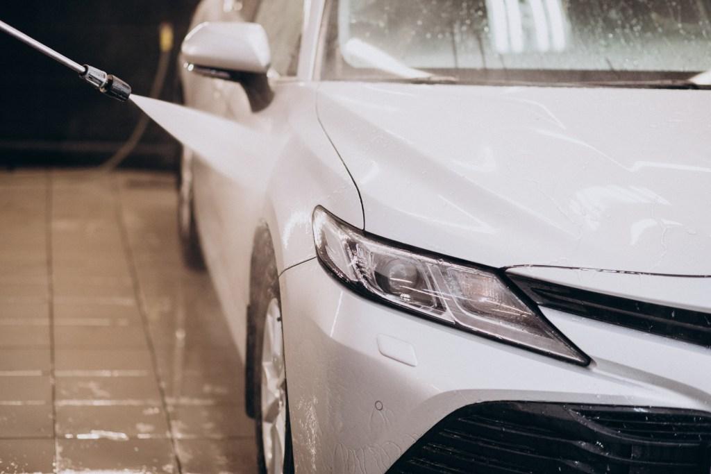 Detailing - po myciu auto należy dokładnie spłukać
