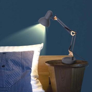 Luminária de mesa próximo a cama