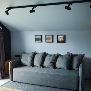 sala minimalista com iluminação de trilho de luz
