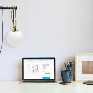 home office minimalista com arandela