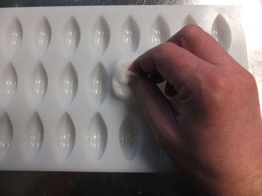 Gießform mit Watte ausreiben