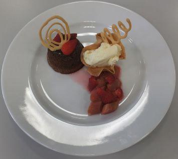 Schokoladentörtchen mit weißer Schokoladencreme und Rhabarber-Erdbeerkompott