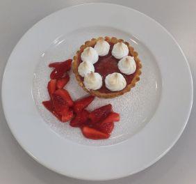 Tartelette mit Rhabarber und marinierten Erdbeeren