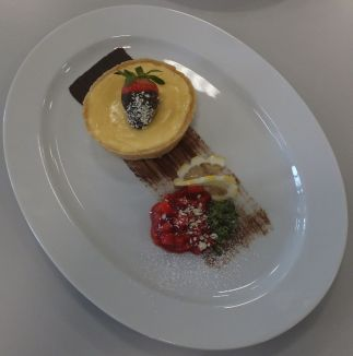 Weiße Schokoladentarte mit Erdbeeren und Minzpesto