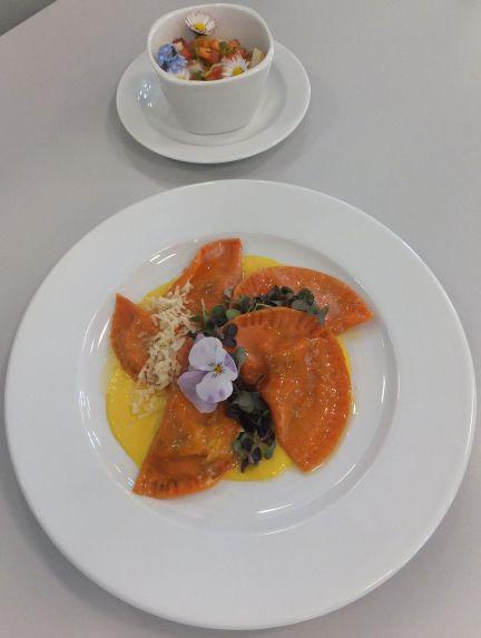 Rote Ravioli mit Paprikasauce und Spargelsalat