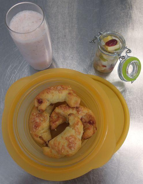 Schinken-Quarkhörnchen Obstsalat Erdbeermilch