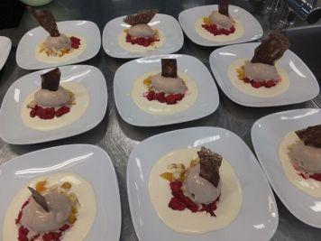 Minzbonbon-Schokoladen-Eis mit Mascarponecreme, Himbeeren aus dem Weindlgarten und Karamellchip