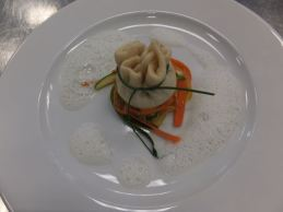 Asiatische Teigtaschen mit Kokosschaum und Karotten-Zucchini-Streifen