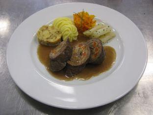 Roulade mit Schwarzwurzeln, Kürbis, Kartoffelpüree und Serviettenknödel