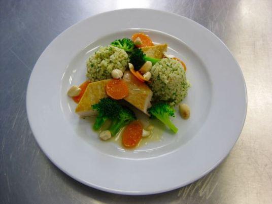 Gebratenen Hähnchenbrust mit Gemüse und Bulgur