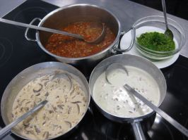 Bologneser Ragout, Rahmpilze, Gorgonzolasauce und Pesto