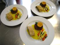 Mangold-Pinienkernstrudel mit Kurkumasauce, Wurzelgemüse, Ziegenkäsetaler und rotem Reis