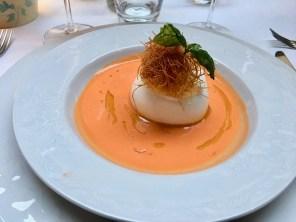MOzzarella nach Stracciatella-Art in kalter Tomatensuppe