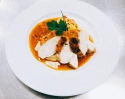 Gebratenen Hähnchenbrust mit Zwiebelsauce, Gemüsegratin und Risotto