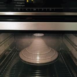Backofen auf 230 °C vorheizen. Wenn vorhanden, einen passenden Gusseisentopf mit Deckel (etwa 25 cm Ø) hineinstellen - hier eine Tajine