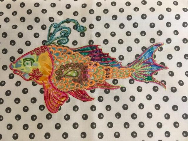 Fisch-mit-buntem-Stoff.jpg