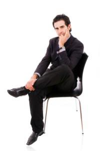 Een man nadenkend op een stoel