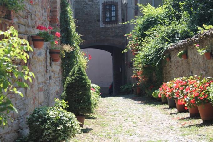 Straat bij Middeleeuwse huisjes italië