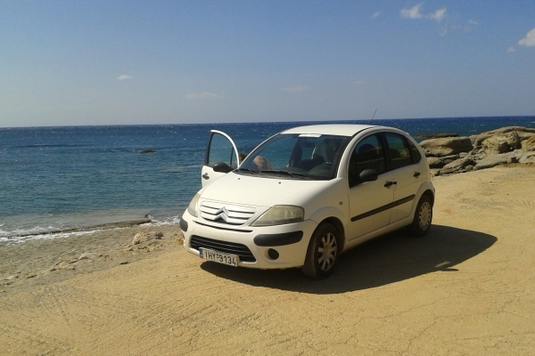 griekenland huurauto langs strandje