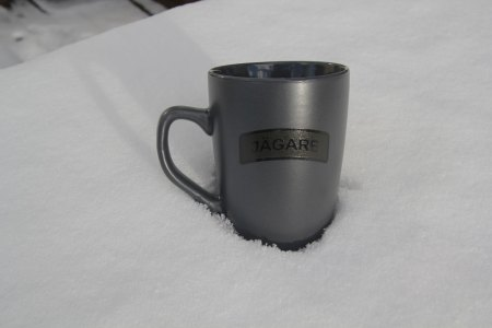 The grey mug with blach and green JÄGARE print is crazy hard to photo, here it looks almost silverish, a twist of light only!