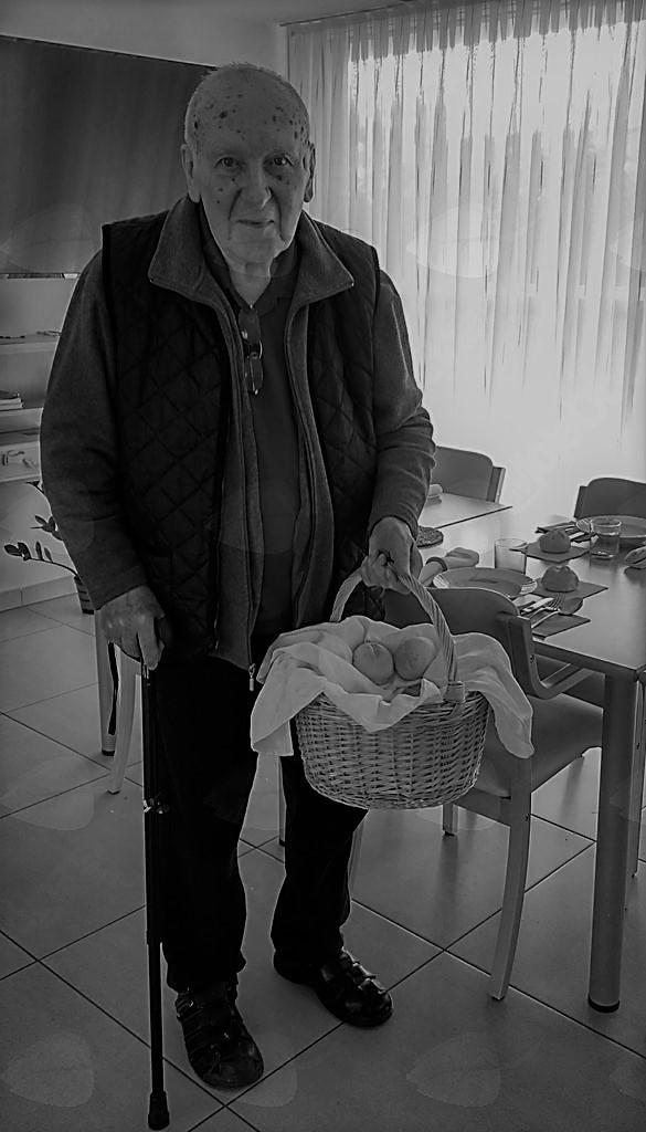 Franc Kralj med mojim obiskom Petrovega doma z vahtnicami v rokah
