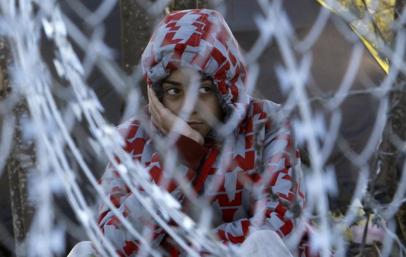 Ein Flüchltingsjunge wartet an der mazedonischen Grenze. (Noveamber 2015) (Keystone/Boris Grdanoski)
