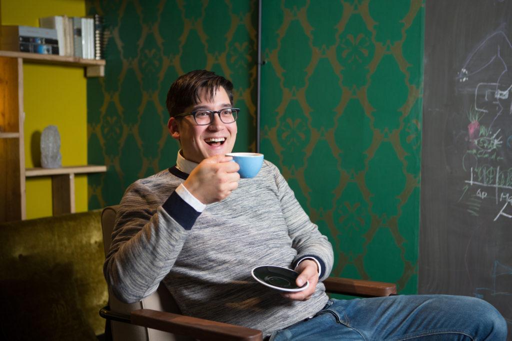 Morgen messen sich an der Aeropress Championship in Zürich zwei Dutzend Teilnehmer in einer neuen Art des Kaffeemachens. Kai Keong Ng ist der zweimalige Schweizer Meister mit der Aeropress. Foto: Sabina Bobst)