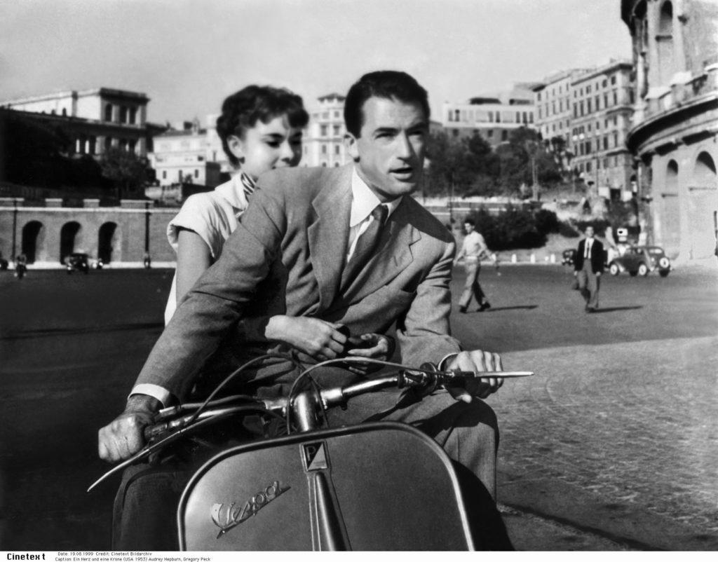 """TA 20.08.1999. """"Vacanze Romane"""". Vespa. Hepburn. Peck. Bildtext: Ein Herz und eine Krone (USA 1953) Audrey Hepburn, Gregory Peck / Vespa, Motorroller, Rom Italien"""