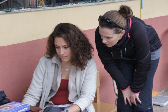 Kiera (à droite) travaillant dans le laboratoire pendant les vacances Healthcare Volunteer