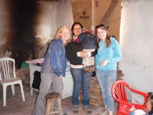 Veronica (centro) con dos proveedores de atención médica