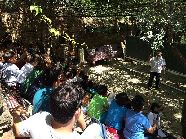 Prof. Dr. Ali Nesin ve ders verdiği öğrenciler.