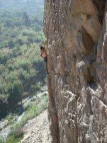 Carlos escalando.