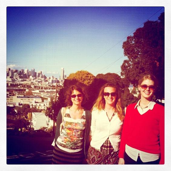 san francisco tourists with skyline