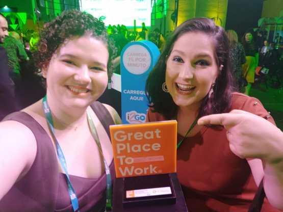 Beatrice Cardoso e Danila Pado, colaboradoras TecnoSpeed que receberam o prêmio na cerimônia GPTW