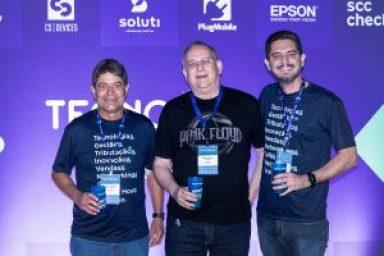 Augusto dos Santos e Erike Almeida em foto com o cliente no TecnoUpdate 2019