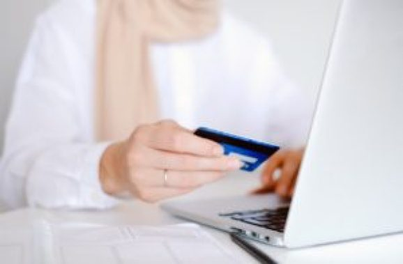 Mulher com o cartão mexendo no sistema do computador