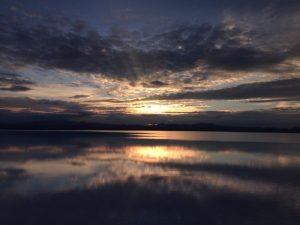 これが噂のウユニ塩湖の鏡張りです。 朝日が湖面に反射して綺麗ですね。 ウユニ市内から朝3時出発のツアーで、ウユニの朝日を見に行きました