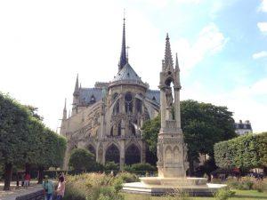 ゴシック建築を代表する建物でローマ・カトリック教会の大聖堂。「パリのセーヌ河岸」という名称で、周辺の文化遺産とともに1991年にユネスコの世界遺産に登録されました。現在もノートルダム大聖堂は、パリ大司教座聖堂として使用されています。ノートルダムとはフランス語で「我らが貴婦人」すなわち聖母マリアを指すそうです。