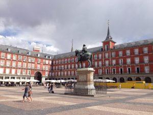 18世紀にスペイン王フェリペ5世の命で、アルベルト=チュリゲラらにより作られました。フェリペ5世をはじめ歴史上の人物の彫像があるアーケードに囲まれ、同国屈指の美しさで知られます。広場を含む旧市街全体が1988年に世界遺産に登録されました。