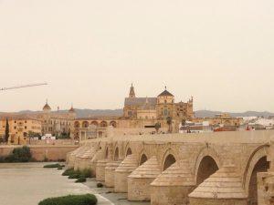 全長230m。16のアーチで支えられており、紀元後一世紀、ローマ帝国によって本格的なコルドバの都市建設が始まった時に架けられました。イスラム時代に補強され、さらにキリスト教徒の時代に改修されたそうです。