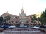 1902年から1930年にかけて建築されました。設計はカタルーニャ音楽堂と同じく建築家リュイス・ドメネク・イ・ムンタネー。145,000平方メートルの敷地内には48の建築物が立ち並ぶ巨大な建物群です。起源は1401年よりバルセロナの市内にあった6つの病院で、これらを統合して設立されました。 Wikipedia引用。