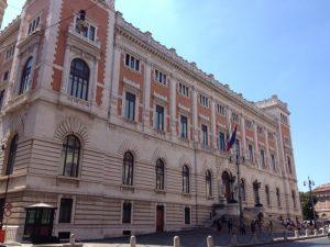 17世紀初頭、ローマ教皇イノケンティウス10世が建築家ジャン・ロレンツォ・ベルニーニに依頼し設計されたのが始まりです。80年を経て1694年にイノケンティウス12世の意向で、建築家カルロ・フォンターナにより完成しました。最初は教皇裁判所として使用されていましたが、1870年にイタリア統一を機に下院議会として使用されるようになりした。